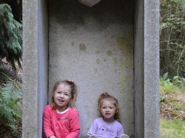 2 enfants dans une Spirit House, aux gorges du Verger, Bourganeuf