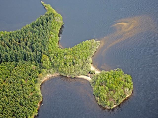 Lac Vassiviere 5145.jpg 1024px