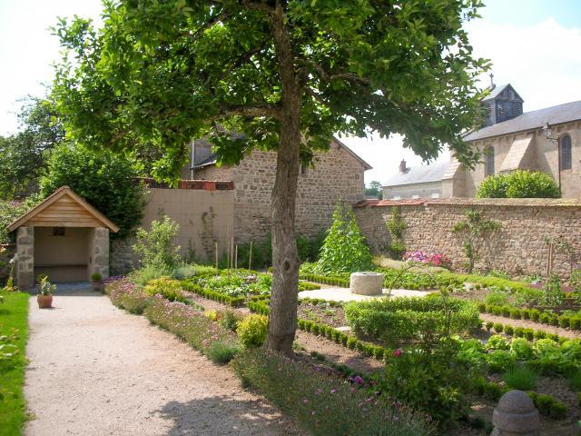 Lioux les Monges, jardin de la cure en été